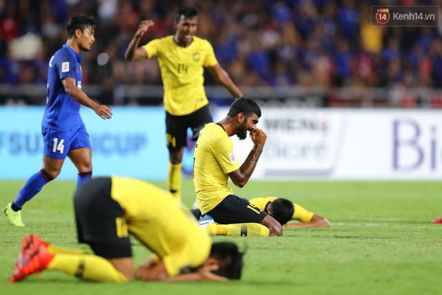 Cầu thủ Thái Lan suy sụp, gục khóc nức nở sau thất bại đau đớn trước Malaysia - Ảnh 6.