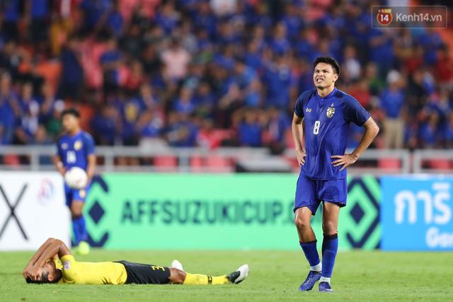 Cầu thủ Thái Lan suy sụp, gục khóc nức nở sau thất bại đau đớn trước Malaysia - Ảnh 9.