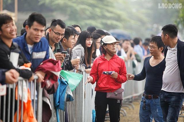 Bán kết lượt về Việt Nam gặp Philipines: Rộ dịch vụ ăn theo - Ảnh 1.