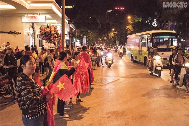 Bán kết lượt về Việt Nam gặp Philipines: Rộ dịch vụ ăn theo - Ảnh 4.