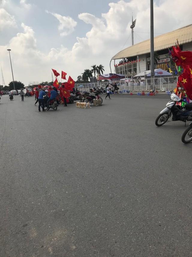 Hà Nội: Các cầu thủ mới chuẩn bị ăn bữa chiều mà CĐV đã tranh thủ ra đường đi bão trước cho có không khí - Ảnh 5.