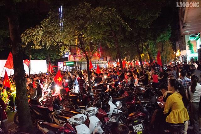 Bán kết lượt về Việt Nam gặp Philipines: Rộ dịch vụ ăn theo - Ảnh 7.