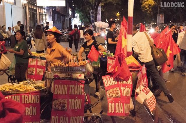 Bán kết lượt về Việt Nam gặp Philipines: Rộ dịch vụ ăn theo - Ảnh 8.