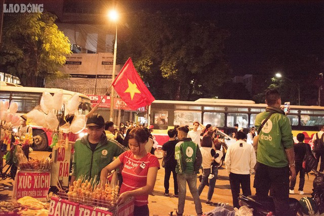 Bán kết lượt về Việt Nam gặp Philipines: Rộ dịch vụ ăn theo - Ảnh 9.