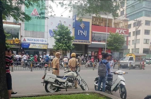 Nghi án dùng súng cướp ngân hàng ở trung tâm TPHCM   - Ảnh 1.