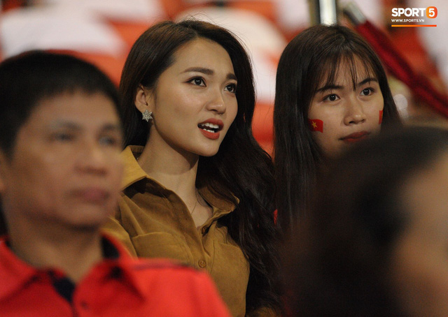 Người yêu cầu thủ Duy Mạnh, bạn gái tin đồn của Văn Đức nổi bật trên khán đài trận bán kết kịch tính - Ảnh 1.