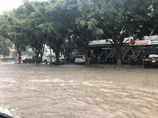 Mưa cực lớn tại Nghệ An, đường phố thành Vinh ngập sâu trong nước   - Ảnh 1.