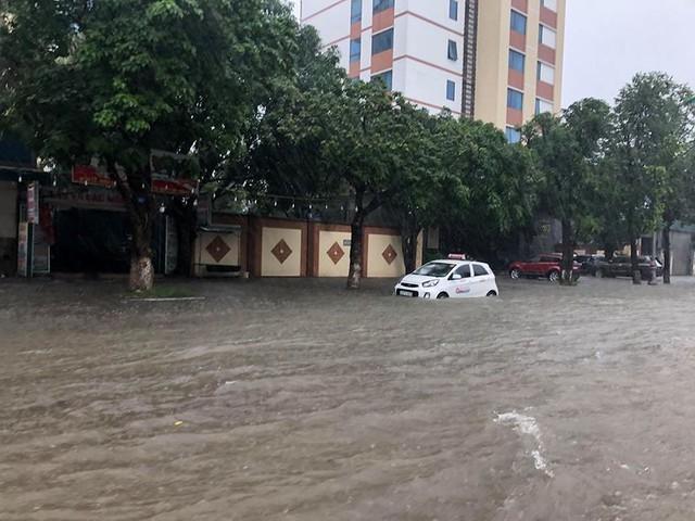 Mưa cực lớn tại Nghệ An, đường phố thành Vinh ngập sâu trong nước   - Ảnh 2.