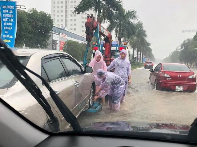 Mưa cực lớn tại Nghệ An, đường phố thành Vinh ngập sâu trong nước   - Ảnh 3.