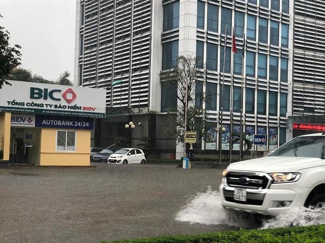 Mưa cực lớn tại Nghệ An, đường phố thành Vinh ngập sâu trong nước   - Ảnh 6.