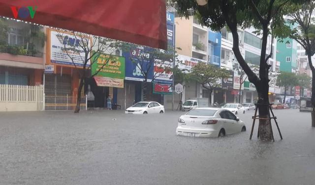 Mưa lớn, Đà Nẵng chìm trong biển nước - Ảnh 2.