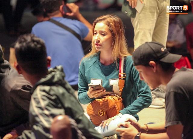 Kinh hoàng cảnh mua vé xem chung kết AFF Cup tại Malaysia: Nhiều người kiệt sức, nằm la liệt bên đường - Ảnh 1.