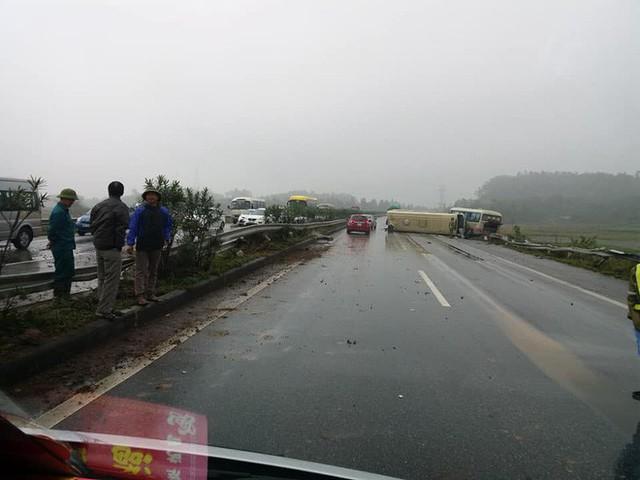 Hai ô tô khách đâm nhau lật ngửa trên cao tốc Nội Bài - Lào Cai - Ảnh 2.