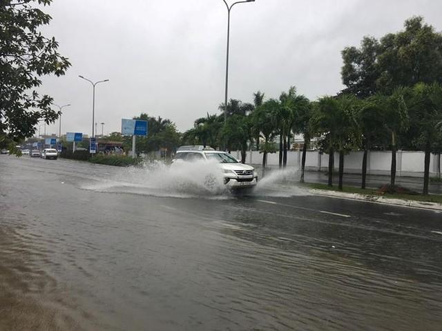Mưa to xuyên đêm, sân bay Đà Nẵng bị bủa vây trong biển nước   - Ảnh 3.