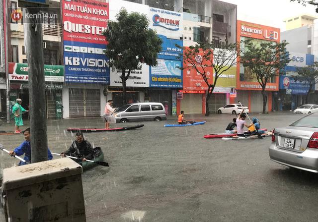 Hình ảnh chưa từng có ở Đà Nẵng: Xuồng bơi trên phố, người dân quăng lưới bắt cá giữa biển nước mênh mông - Ảnh 3.