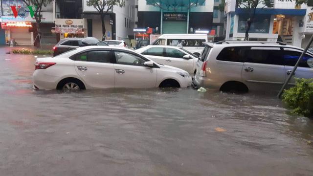 Mưa lớn, Đà Nẵng chìm trong biển nước - Ảnh 4.