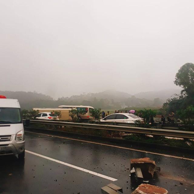 Hai ô tô khách đâm nhau lật ngửa trên cao tốc Nội Bài - Lào Cai - Ảnh 3.