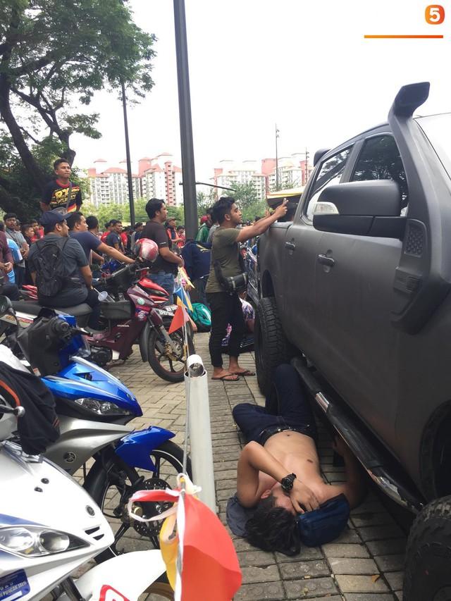 Kinh hoàng cảnh mua vé xem chung kết AFF Cup tại Malaysia: Nhiều người kiệt sức, nằm la liệt bên đường - Ảnh 4.