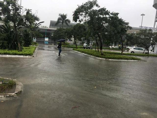 Mưa to xuyên đêm, sân bay Đà Nẵng bị bủa vây trong biển nước   - Ảnh 4.