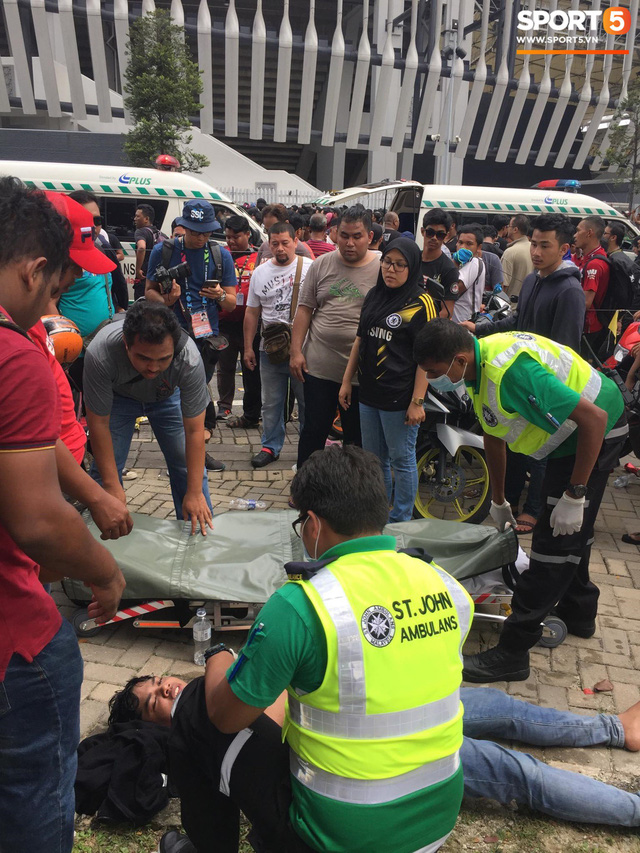 Kinh hoàng cảnh mua vé xem chung kết AFF Cup tại Malaysia: Nhiều người kiệt sức, nằm la liệt bên đường - Ảnh 5.