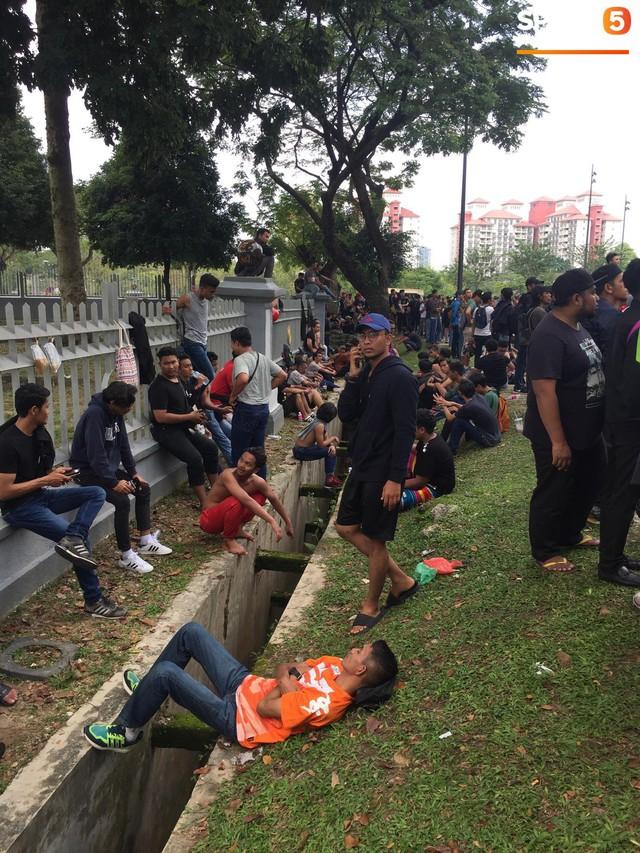 Kinh hoàng cảnh mua vé xem chung kết AFF Cup tại Malaysia: Nhiều người kiệt sức, nằm la liệt bên đường - Ảnh 6.