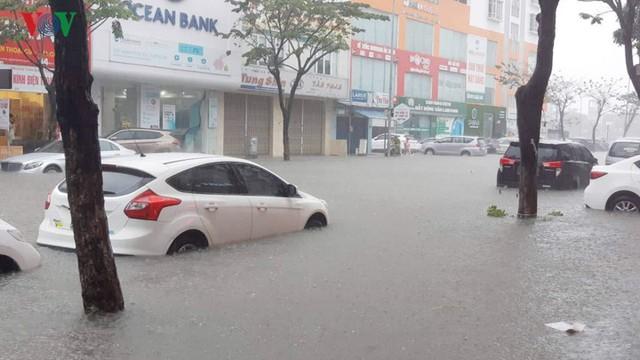Mưa lớn, Đà Nẵng chìm trong biển nước - Ảnh 8.