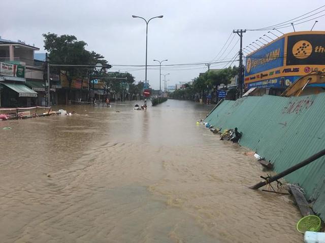 Mưa to xuyên đêm, sân bay Đà Nẵng bị bủa vây trong biển nước   - Ảnh 8.