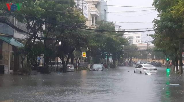 Mưa lớn, Đà Nẵng chìm trong biển nước - Ảnh 9.