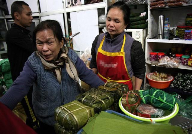 Hà Nội: Hàng trăm người rồng rắn xếp hàng mua bánh chưng, giò chả ăn Tết - Ảnh 13.