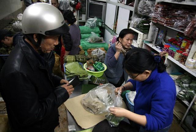 Hà Nội: Hàng trăm người rồng rắn xếp hàng mua bánh chưng, giò chả ăn Tết - Ảnh 14.