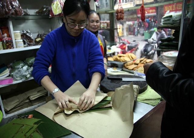 Hà Nội: Hàng trăm người rồng rắn xếp hàng mua bánh chưng, giò chả ăn Tết - Ảnh 16.