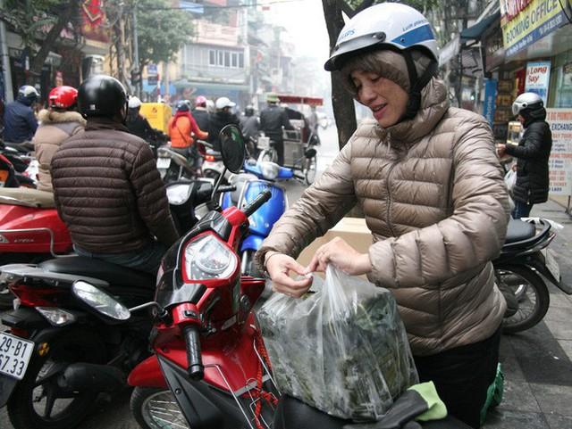 Hà Nội: Hàng trăm người rồng rắn xếp hàng mua bánh chưng, giò chả ăn Tết - Ảnh 17.