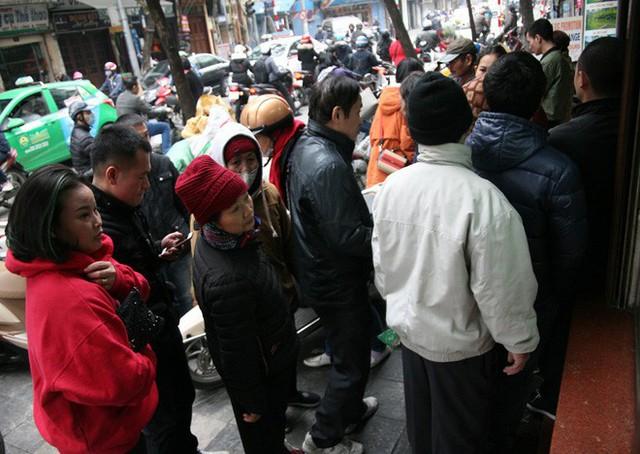 Hà Nội: Hàng trăm người rồng rắn xếp hàng mua bánh chưng, giò chả ăn Tết - Ảnh 4.