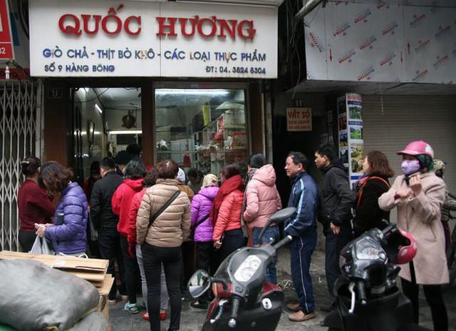 Hà Nội: Hàng trăm người rồng rắn xếp hàng mua bánh chưng, giò chả ăn Tết - Ảnh 10.