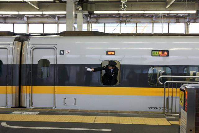 Nhân viên đường sắt Nhật Bản luôn dùng tay chỉ vào mọi vật và đây là lý do đằng sau hành động thú vị ấy - Ảnh 1.