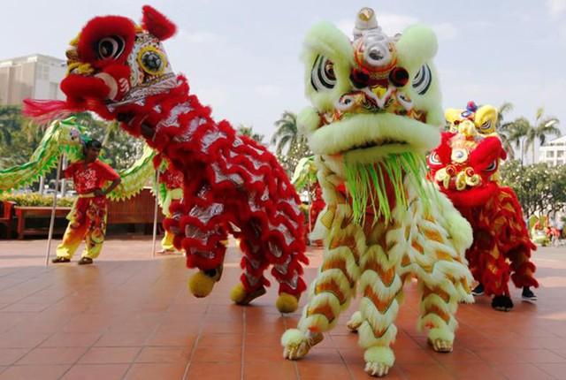 Châu Á ngập tràn sắc đỏ cùng linh vật chú chó chào Tết Nguyên Đán - Ảnh 2.