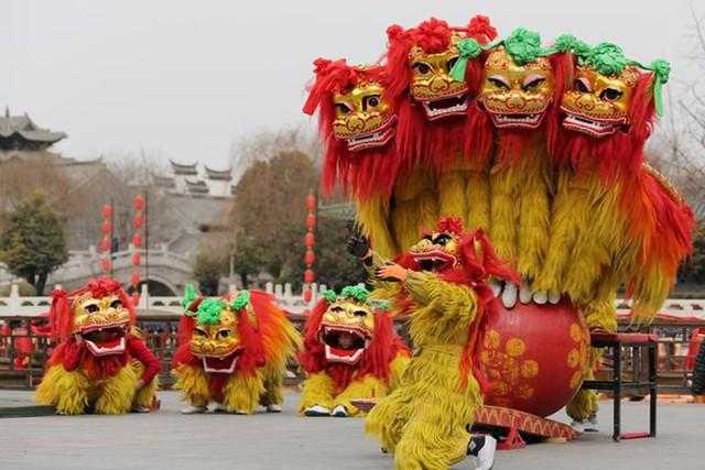 Châu Á ngập tràn sắc đỏ cùng linh vật chú chó chào Tết Nguyên Đán - Ảnh 3.