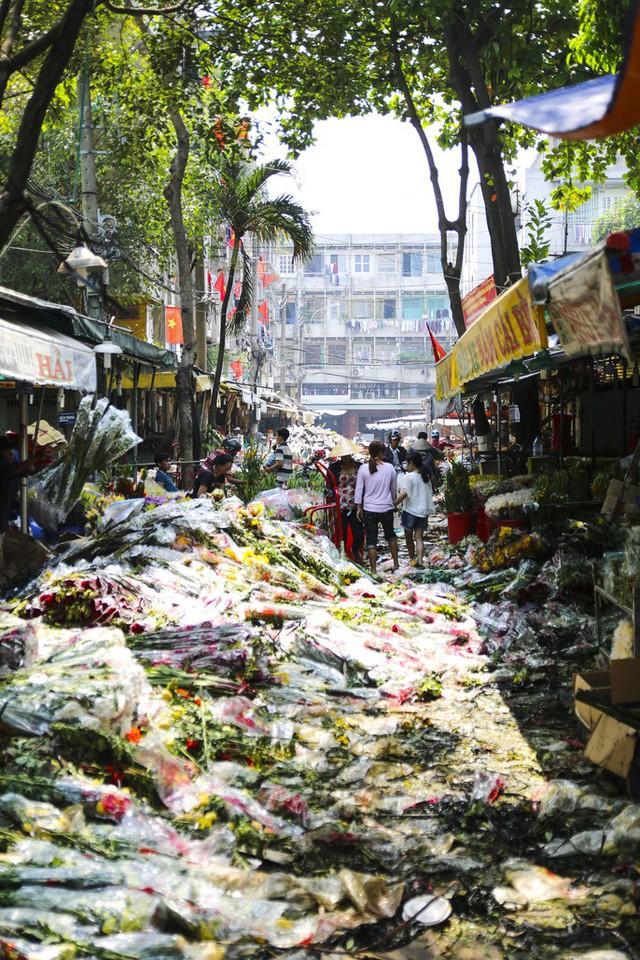 Hoa Tết dội chợ, chất như núi ở chợ hoa sỉ Đầm Sen, TP HCM - Ảnh 1.