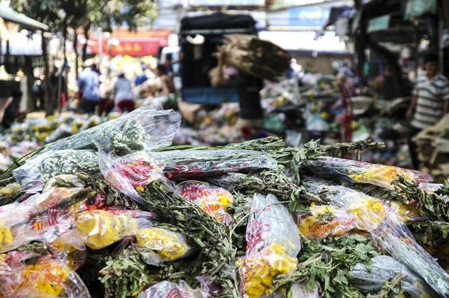 Hoa Tết dội chợ, chất như núi ở chợ hoa sỉ Đầm Sen, TP HCM - Ảnh 14.