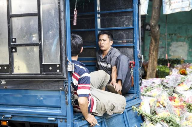 Hoa Tết dội chợ, chất như núi ở chợ hoa sỉ Đầm Sen, TP HCM - Ảnh 3.