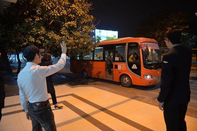 2 chuyến xe cuối cùng rời khỏi bến Giáp Bát chở hàng chục hành khách về quê ăn tết - Ảnh 8.