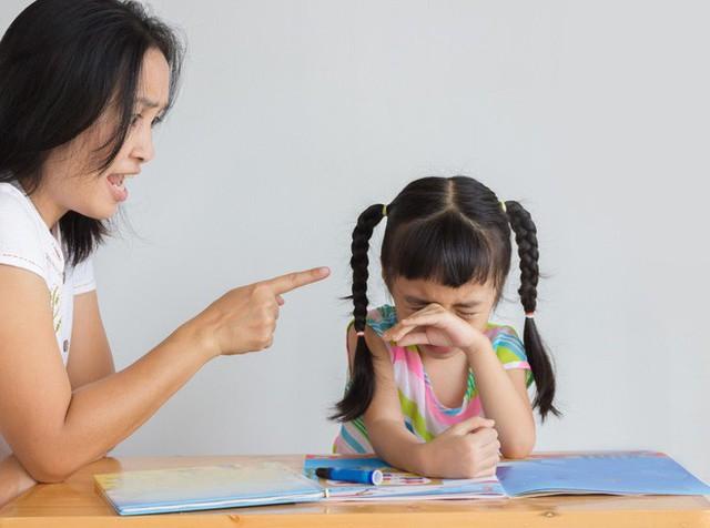 4 cách hành xử sai lầm của cha mẹ khiến con đã bướng bỉnh càng bướng bỉnh hơn - Ảnh 1.