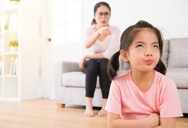 4 cách hành xử sai lầm của cha mẹ khiến con đã bướng bỉnh càng bướng bỉnh hơn - Ảnh 2.