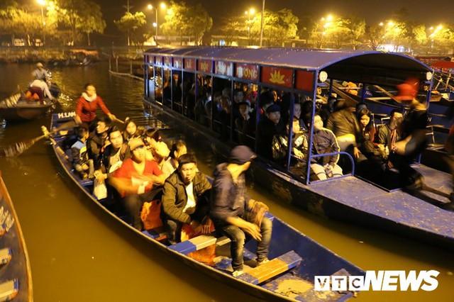Du khách ùn ùn đổ về chùa Hương từ mờ sáng trong ngày khai hội - Ảnh 1.