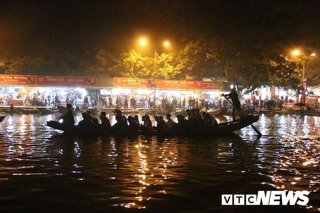 Du khách ùn ùn đổ về chùa Hương từ mờ sáng trong ngày khai hội - Ảnh 2.