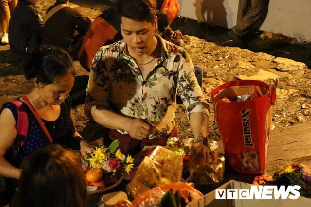 Du khách ùn ùn đổ về chùa Hương từ mờ sáng trong ngày khai hội - Ảnh 12.