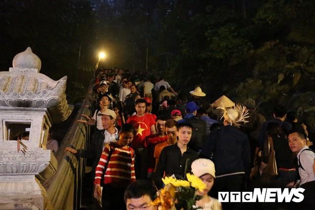 Du khách ùn ùn đổ về chùa Hương từ mờ sáng trong ngày khai hội - Ảnh 13.