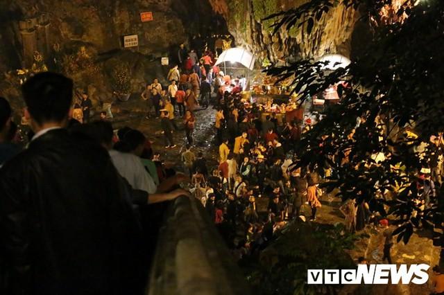Du khách ùn ùn đổ về chùa Hương từ mờ sáng trong ngày khai hội - Ảnh 14.