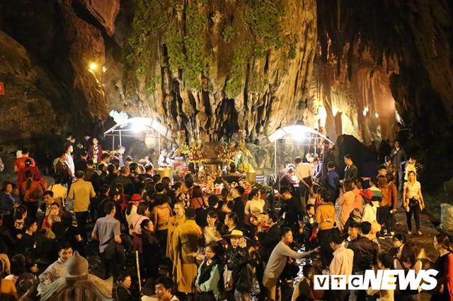 Du khách ùn ùn đổ về chùa Hương từ mờ sáng trong ngày khai hội - Ảnh 15.