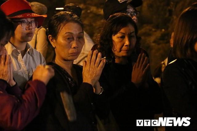 Du khách ùn ùn đổ về chùa Hương từ mờ sáng trong ngày khai hội - Ảnh 16.